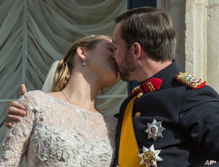 Luxembourg's Prince Guillaume and Countess Stephanie kiss on the balcony of the Royal Palace after their wedding in Luxembourg, October 20, 2012.