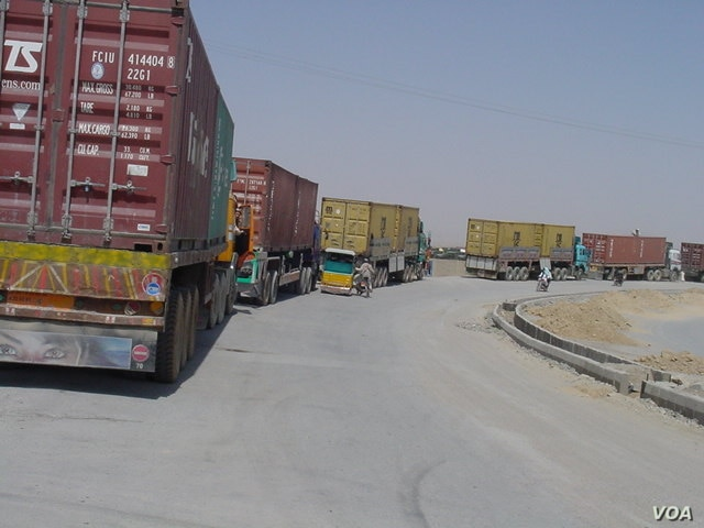 A long line of trucks, many with perishable goods, has been stuck at the border for day, Aug. 24, 2016. (Photo: A. Khan/VOA)