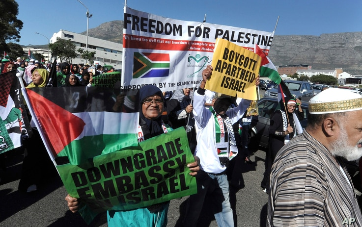 Protesters take part in a march to parliament in Cape Town, South Africa, May 15, 2018, to protest against the use of deadly force by Israeli troops against Palestinians at the Gaza border on Monday.