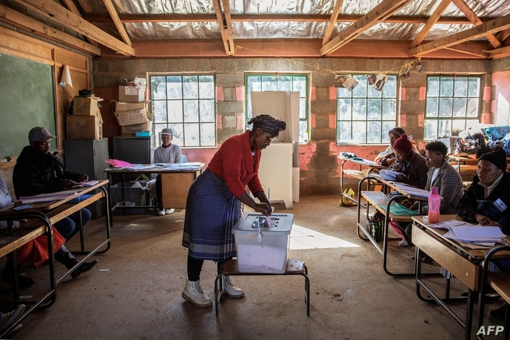 A Mosotho woman casts her ballot during Lesotho general elections at a polling station on June 3, 2017 in the remote village of Nyakosoba.