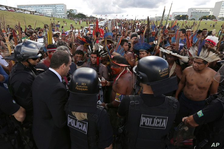Indigenous groups negotiate with police as they protest outside the National Congress in Brasilia, Brazil, April 25, 2017.