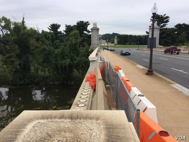 Construction on the Memorial Bridge begins after the National Parks Service   received a $90 grant to fix it this July, Aug. 9, 2016. (E. Sarai/VOA)