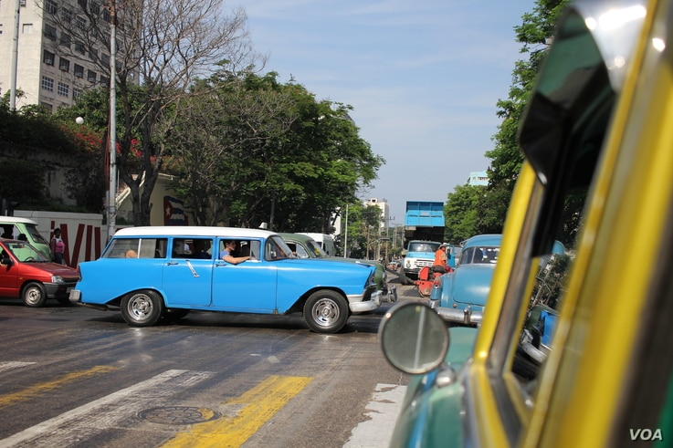 Havana traffic faces off with roadwork ahead of President Barack Obama's visit. March 18, 2016. (Victoria Macchi/VOA)