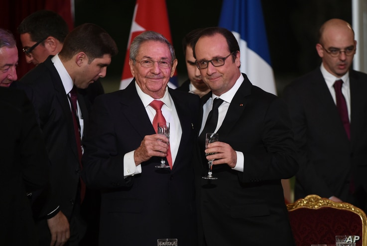 FILE - Cuban President Raul Castro (L) and French President Francois Hollande raise a glass during a state diner at the Elysee Presidential Palace in Paris, France, Feb. 1, 2016. Castro's visit was warmly embraced by French business leaders.