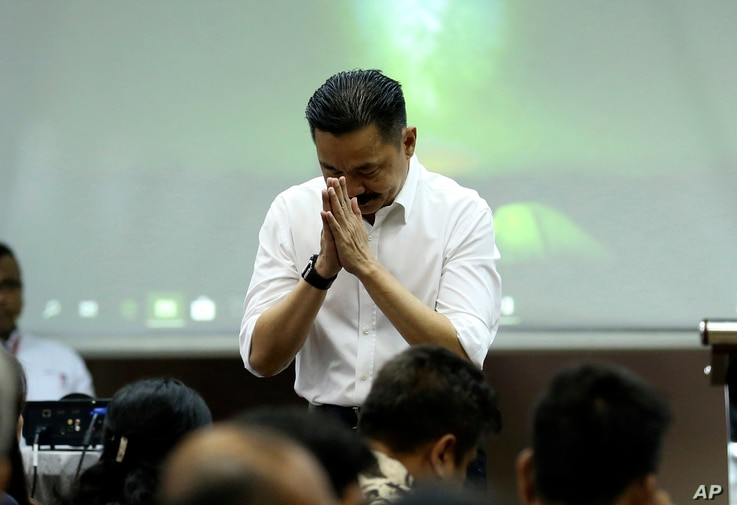 Founder and owner of Lion Air Rusdi Kirana bows in front of relatives of the victims in the crashed Lion Air jet during a press conference in Jakarta, Indonesia, Nov. 5, 2018.