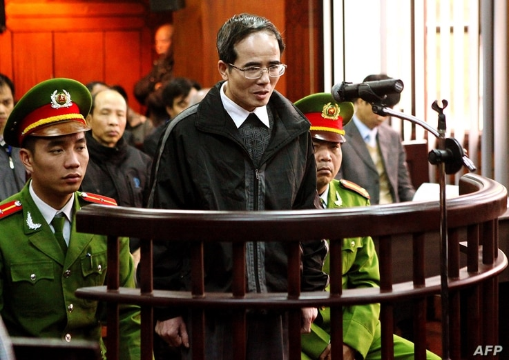 Catholic lawyer and blogger Le Quoc Quan (C), one of Vietnam's most prominent dissidents, speaks during his appeal trial at Hanoi People's Court of Appeals, Feb. 18, 2014.