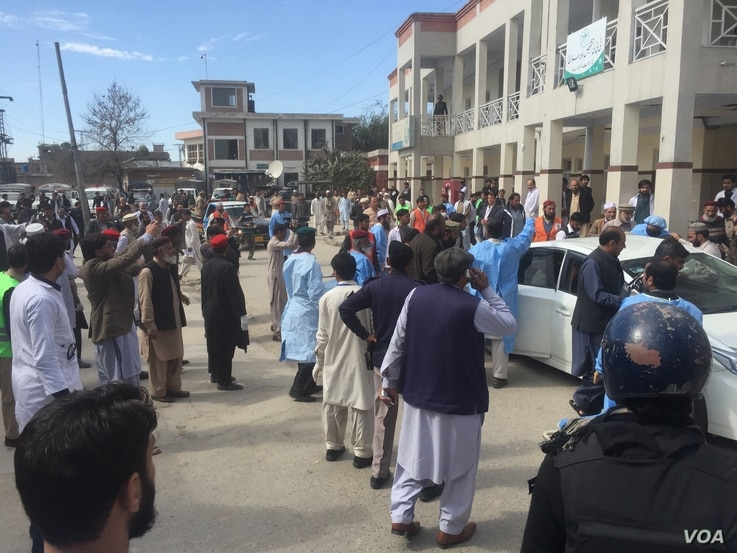 People gather at scene of suicide bombing that targeted a court in Charsadda, Pakistan, Feb. 21, 2017. (Photo: A. Momand / VOA Deewa Service)