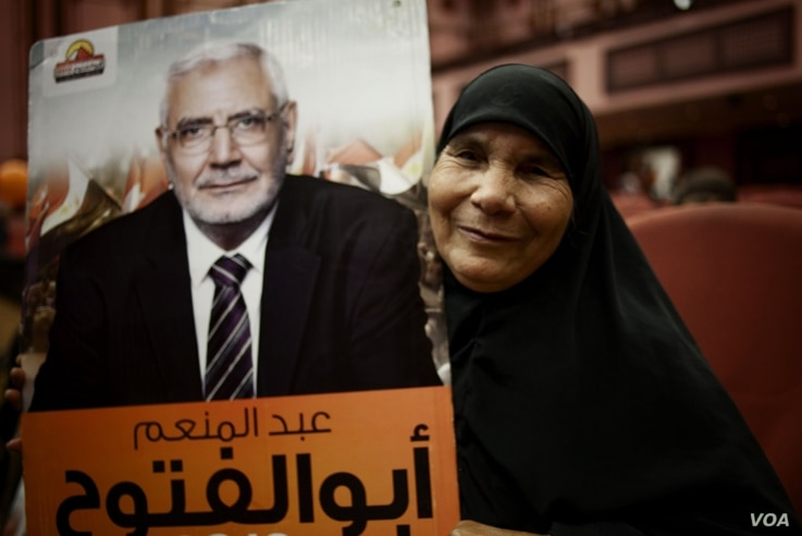 A woman holds a poster for independent Islamist candidate Abdel-Moneim Aboul-Fotouh, Cairo, Egypt, May 15, 2012. (Y. Weeks/VOA)