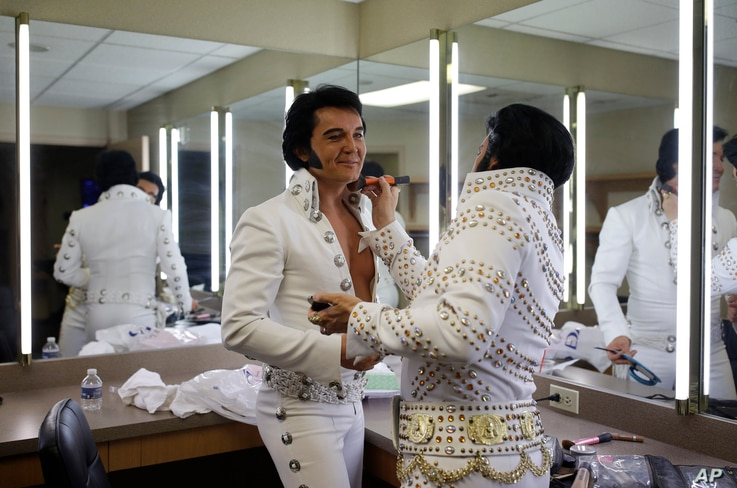 """Dwight Icenhower, right, applies makeup to Ben Portsmouth at the """"Images of the King: Las Vegas"""" festival in Las Vegas, July 15, 2017."""