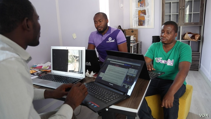 A team of young Nigerians working for WeSabi talk about how to improve services. WeSabi is a new tech startup that helps people connect to trade laborers like carpenters or painters. (C. Oduah for VOA)