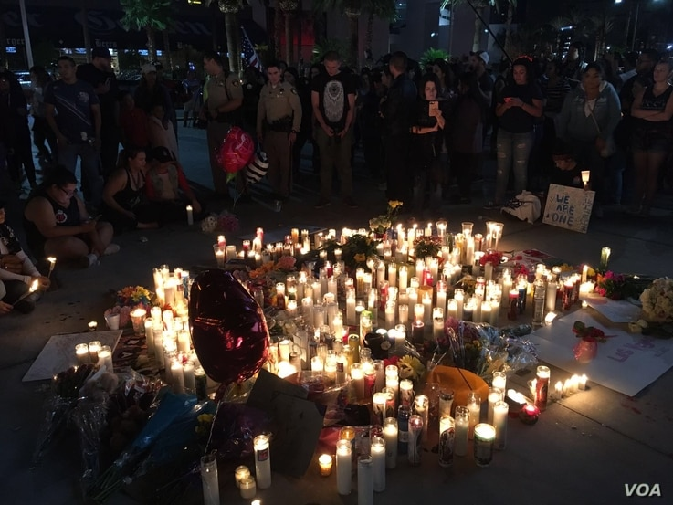 People in Las Vegas take part in vigil honoring victims of Mass shooting targeting concert goers at a Country music festival at the Mandalay Bay Hotel, Oct. 2, 2017. (Photo: A. Martinez / VOA)