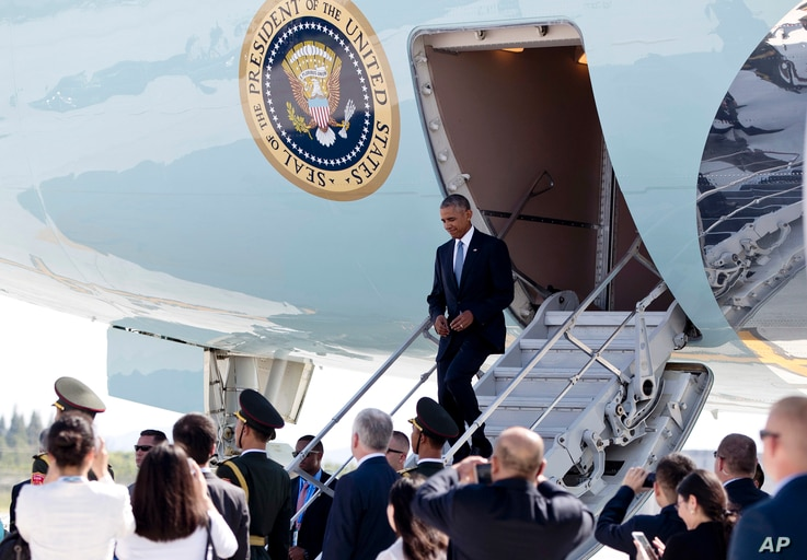 U.S. President Barack Obama arrives on Air Force One at Hangzhou Xiaoshan International Airport in Hangzhou in eastern China's Zhejiang province, Saturday, Sept. 3, 2016.