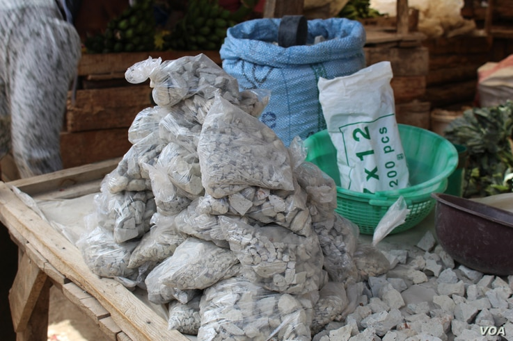 Odowa stones are being packaged and sold mostly to be eaten by pregnant women in Kenya (R. Ombuor/VOA).
