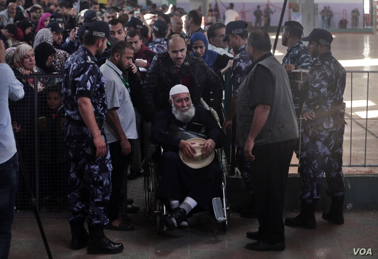 Palestinians line up for the travel documents check before entering the Rafah border crossing with Egypt, in the southern Gaza Strip, May 11, 2016. (