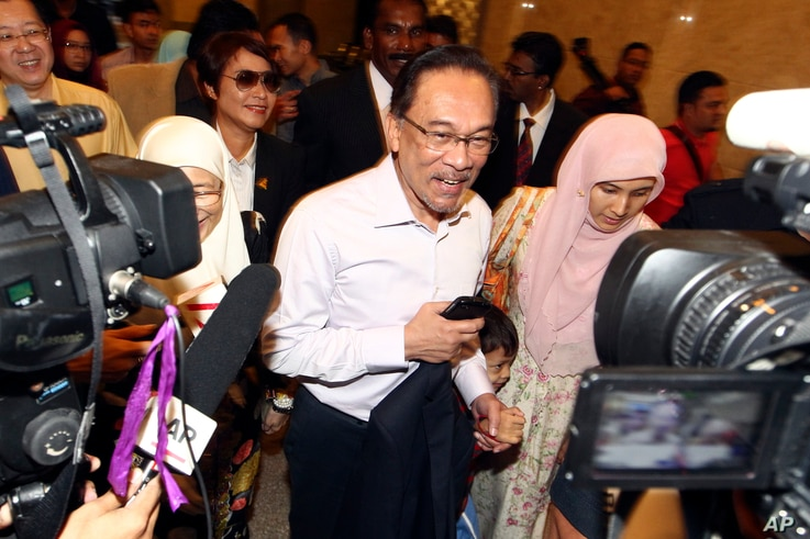 Malaysian opposition leader Anwar Ibrahim, center, arrives at court house in Putrajaya, Malaysia Tuesday, Feb. 10, 2015.