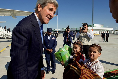 Children greet U.S. Secretary of State John Kerry with traditional gifts of bread and salt at Turkmenistan's Ashgabat International Airport, Nov. 3, 2015.