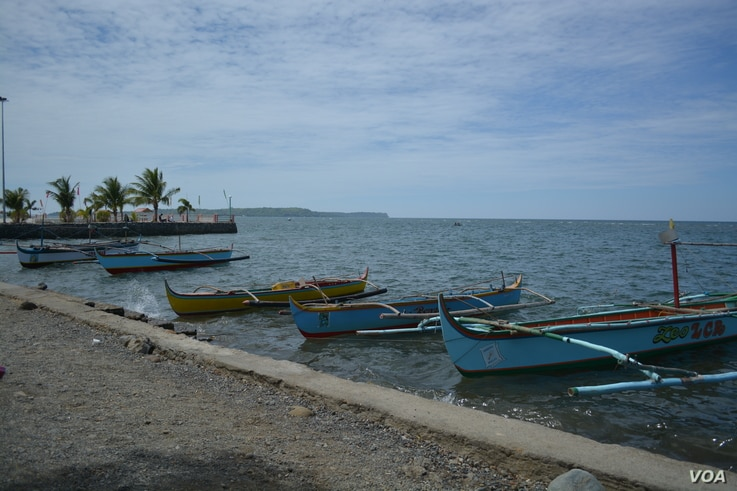 These small fishing boats do not go too far from shore in the South China Sea, Masinloc, Zambales Province, Philippines, March 24, 2014. (Simone Orendain/VOA)