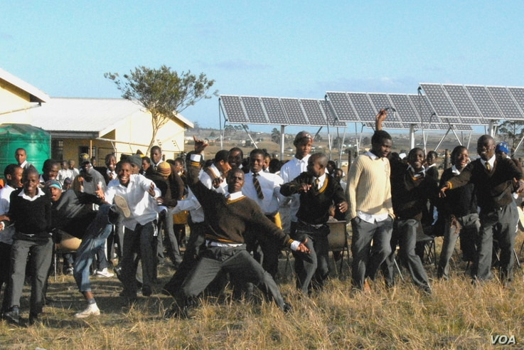 South African pupils celebrate the electrification of their school by means of solar panels installed by SELF. (SELF)