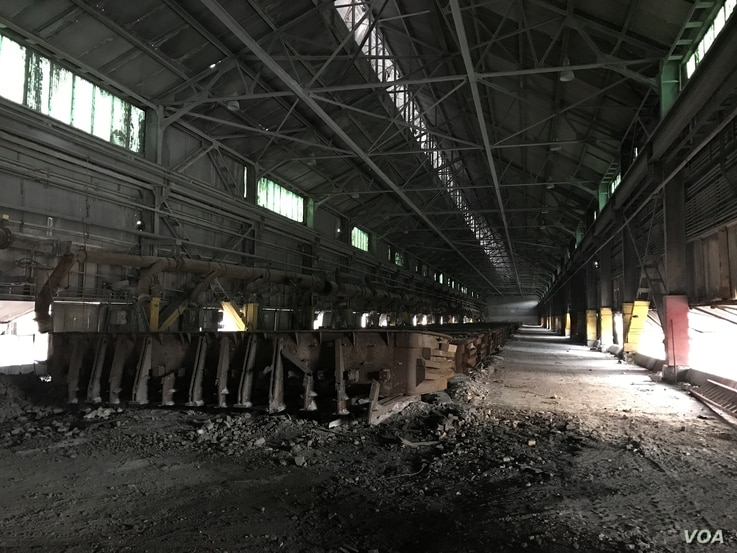 Abandoned factory equipment awaiting removal from the former Ormet aluminum plant, Hannibal, Ohio, Nov. 8, 2016. (C. Yu/VOA News)