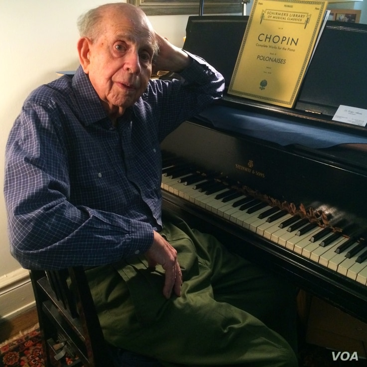 Piano virtuoso Walter Hautzig in his New York apartment, July 16, 2014 (VOA / Adam Phillips)