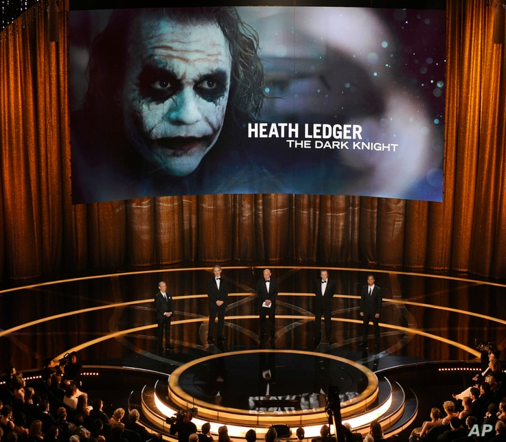 """FILE - In this Feb. 22, 2009 file photo, previous Oscar winners, from left, Joel Grey, Kevin Kline, Alan Arkin, Christopher Walken and Cuba Gooding Jr., present the best supporting actor Oscar to the late Heath Ledger for his role in """"The Dark Knight..."""