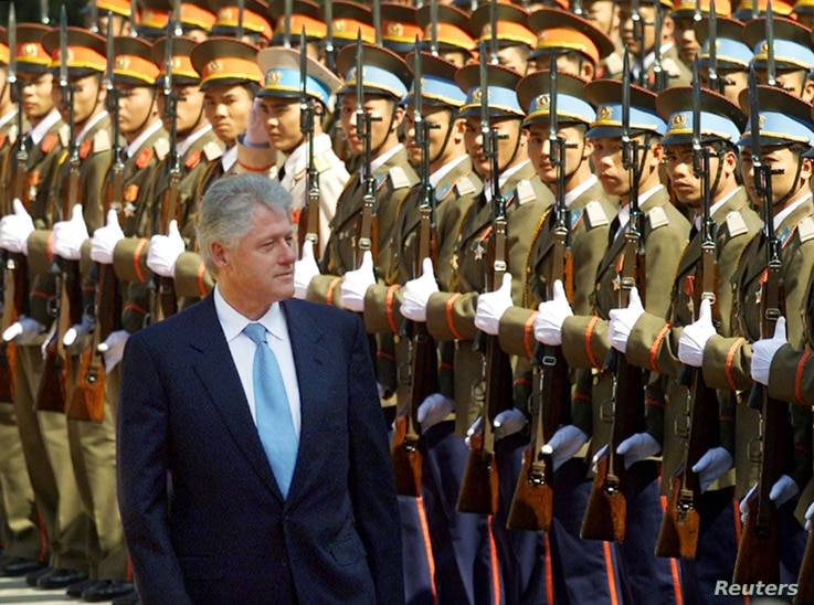 U.S. President Bill Clinton reviews a guard of honor during his official arrival ceremony in Hanoi November 17, 2000. Clinton is the first serving U.S. president to visit Vietnam since the late Richard Nixon's visit in 1969.