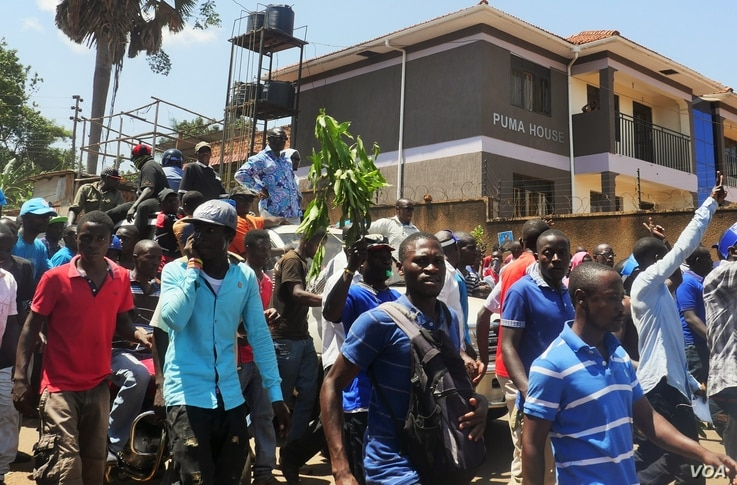 Presidential candidate Kizza Besigye was flanked by supporters as he made his way through the suburb of Ntinda, Uganda, Feb. 16, 2016. (Photo: Lizabeth Paulat for VOA)
