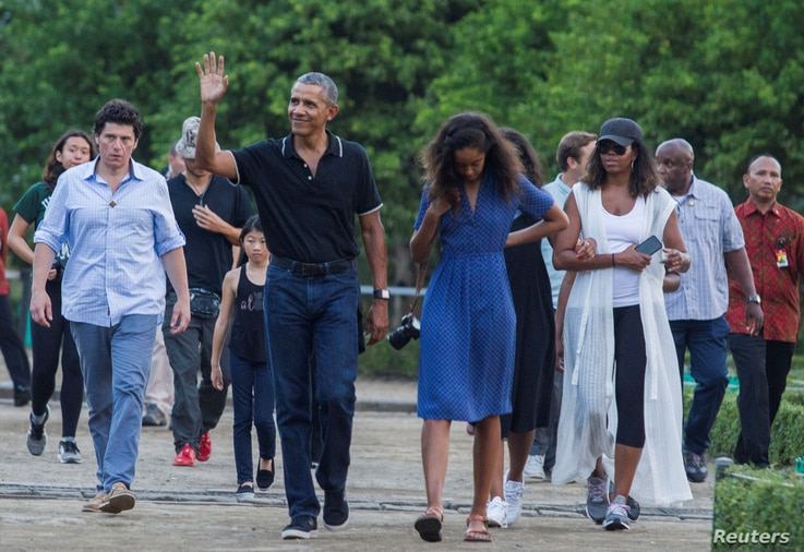 Former U.S. President Barack Obama waves while walking with his daughter Mali and his wife Michelle during a visit to the 9th-century Borobudur Temple in Magelang, Indonesia June 28, 2017. REUTERS/Pius Erlangga - RTS18Y8M