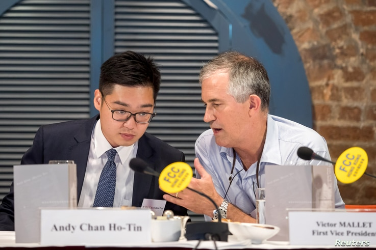 VictorMallet, Financial Times journalist and first vice president of the Foreign Correspondents' Club (FCC),speaks with Andy Chan, founder of the Hong Kong National Party, during a luncheon at the FCC in Hong Kong, Aug. 14, 2018.