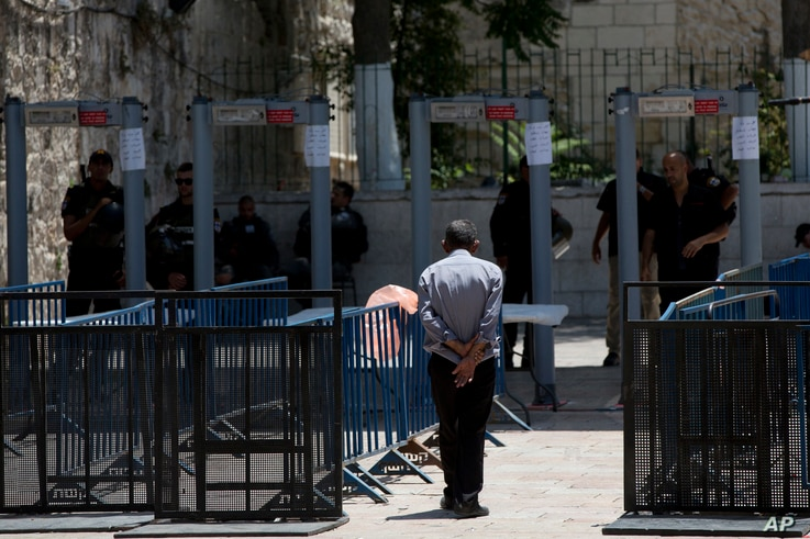 A Palestinian man walks towards a metal detector at the Al Aqsa Mosque compound in Jerusalem's Old City, July 19, 2017. A dispute over metal detectors has escalated into a new showdown between Israel and the Muslim world.