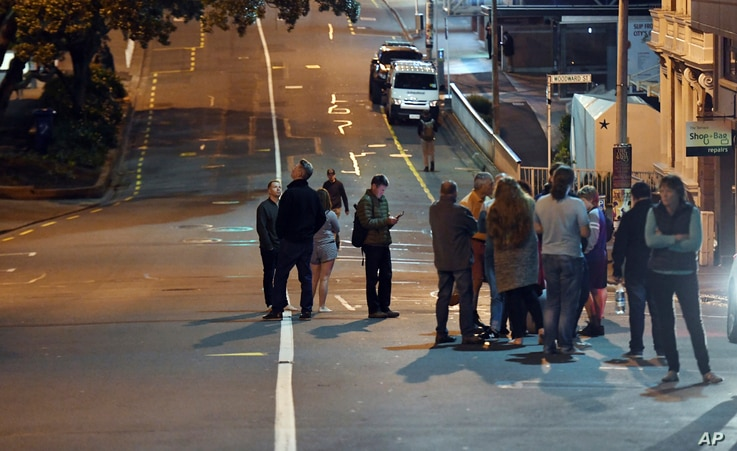 People evacuated from the Quest On the Terrace Hotel gather outside the hotel in Wellington after a 6.6 earthquake based around Cheviot in the South island shock the capital, Nov. 14, 2016.