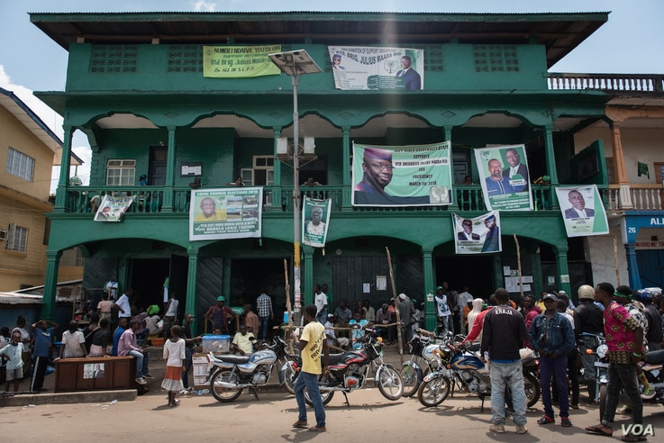 Campaign banners hang from the balconies of the Sierra Leone People's Party headquarters in Bo, Sierra Leone, March  4, 2018. (J. Patinkin/VOA)