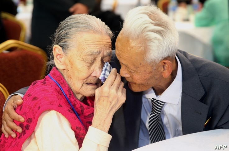 South Korean Kwon O-Hui (L) cries with her North Korean relative Ri Han-Sik (R) as they bid farewell following their three-day separated family reunion meeting at the Mount Kumgang resort on the North's southeastern coast, Oct. 22, 2015.