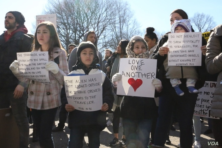 Despite the cold weather, families with children participated in support of immigrants and refugees, Feb. 4, 2017, in Washington, D.C. (S. Islam/VOA)