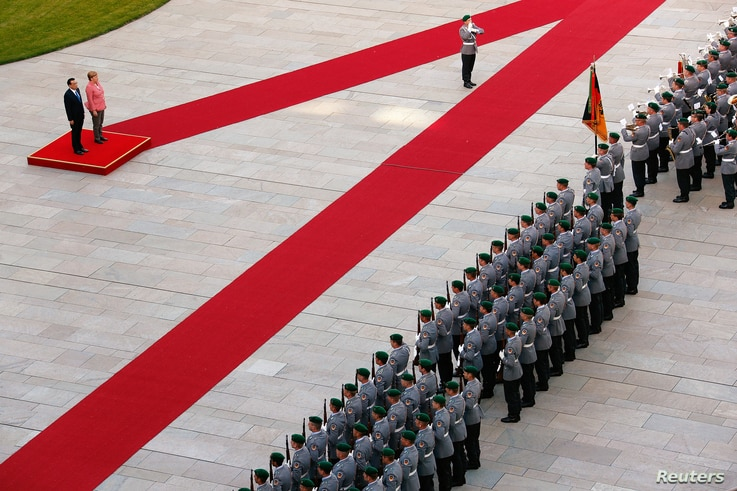 German Chancellor Angela Merkel and Chinese Premier Li Keqiang review the guard of honour during a welcome ceremony at the Chancellery in Berlin, Germany, May 31, 2017.