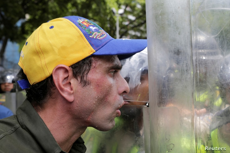 Venezuelan opposition leader Henrique Capriles talks to riot police during a rally to demand a referendum to remove President Nicolas Maduro in Caracas, Venezuela, June 7, 2016.