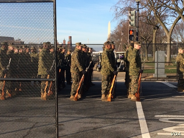 Members of the Marine Band wait for orders to march during the full dress rehearsal of the inauguration (E. Sarai/VOA News)