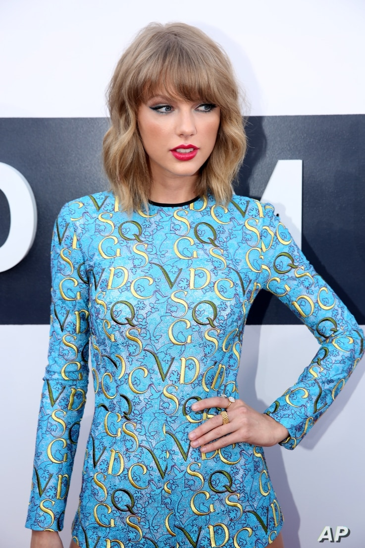 Taylor Swift arrives at the MTV Video Music Awards at The Forum on Aug. 24, 2014, in Inglewood, Calif.