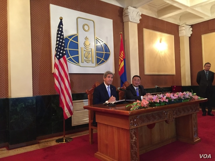 U.S. Secretary of State John Kerry, left, with Mongolian Foreign Minister Lundeg Purevsuren attend a news conference held at the Ministry of Foreign Affairs, in Ulaanbaatar, Mongolia, June 5, 2016.