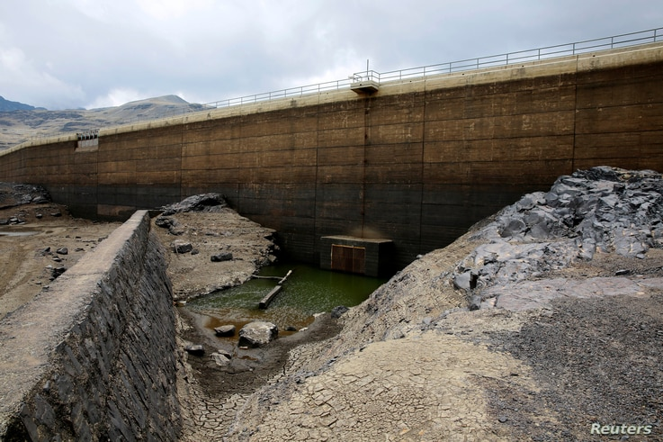 A view of the dried Ajuan Khota dam, a water reserve affected by drought near La Paz, Bolivia, Nov. 17, 2016.