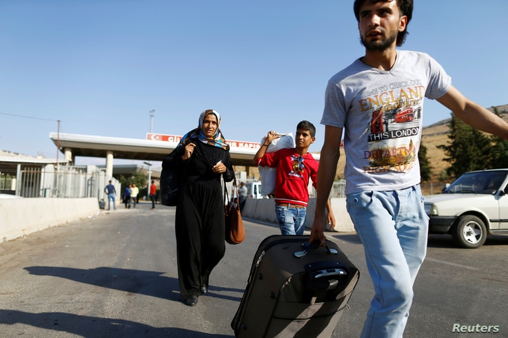 Syrians enter Turkey from the Turkish Cilvegozu border gate, located opposite the Syrian commercial crossing point Bab al-Hawa in Reyhanli, Hatay province, Turkey, Sept. 15, 2016.