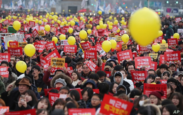 Protesters shout slogans during a rally against the impeached South Korean President Park Geun-hye in downtown Seoul, South Korea, Dec. 17, 2016.