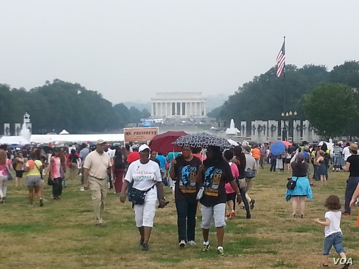 Crowds taking part in the anniversary of the March on Washington are seen with the Lincoln Memorial in the background, August 28, 2013. (R. Green/VOA)