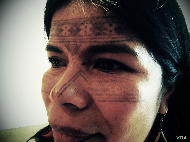 Patricia Gualinga, a Kichwa leader from the indigenous Sarayaku community of the Ecuadorian rain forest, is seeking funding to keep her people and their way of life intact, New York, Oct. 2, 2014. (Adam Phillips/VOA)