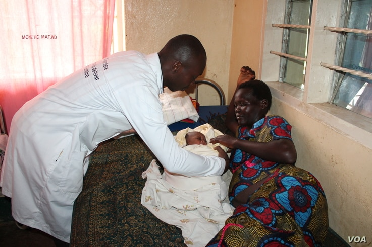 A health worker helps a new mother at Mungula Health Center 3, in Adjumani district, northern Uganda, June 14, 2017. (H. Athumani/VOA)