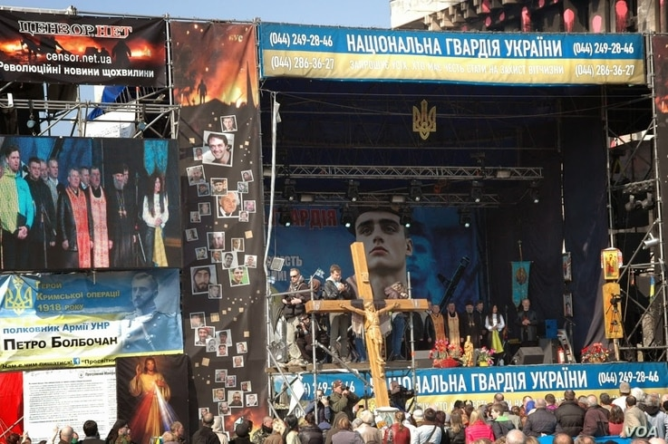 Priests from the Ukrainian Orthodox Church offer prayers to kick off a national unity rally. (Steve Herman/VOA)