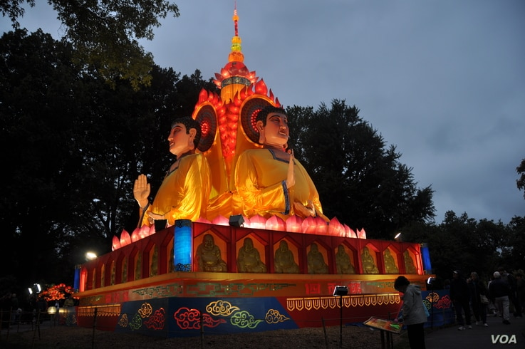 An enormous, four-faced Buddha oversees the Chinese Lantern Festival at the Missouri Botanical Garden.  (V. LaCapra/VOA)