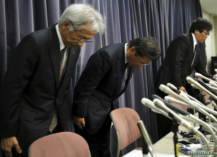 Mitsubishi Motors Corp's President Tetsuro Aikawa (C) bows with other company executives during a news conference to brief about issues of misconduct in fuel economy tests at the Land, Infrastructure, Transport and Tourism Ministry in Tokyo, Japan, A...