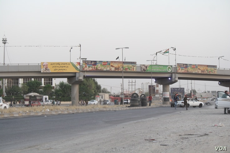 As civilian volunteers wait for their convoy to Kirkuk, Peshmerga fighters returning from battle say they were losing ground because forces under the control of Baghdad have better weapons, Oct. 16, 2017. (Photo: H. Murdock / VOA)