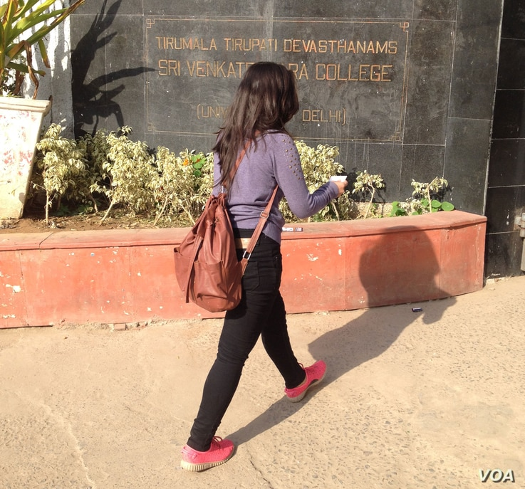 Many college students in India, like those studying at the Sri Venkateswara College of Delhi University, want to pursue postgraduate studies overseas.  (Photo: A. Pasricha / VOA)
